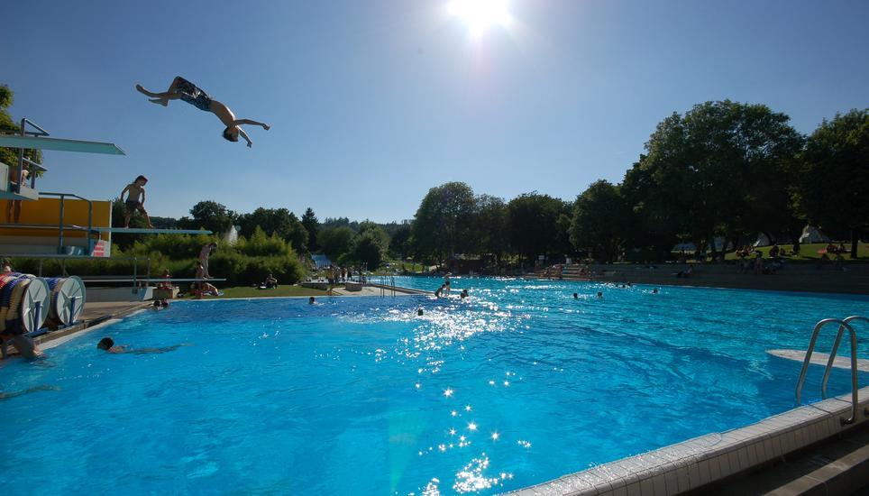 Kinder krücken und ferngläser: was leute alles in schwimmbädern