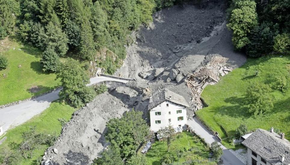 Zahlreiche Menschen noch vermisst: Augenzeuge filmt gewaltigen Bergsturz in Graubünden