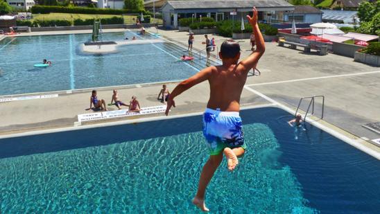 nackt am eigenen pool